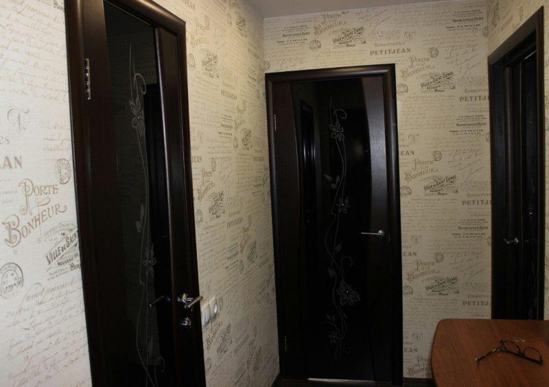 Черные двери в маленькой прихожей