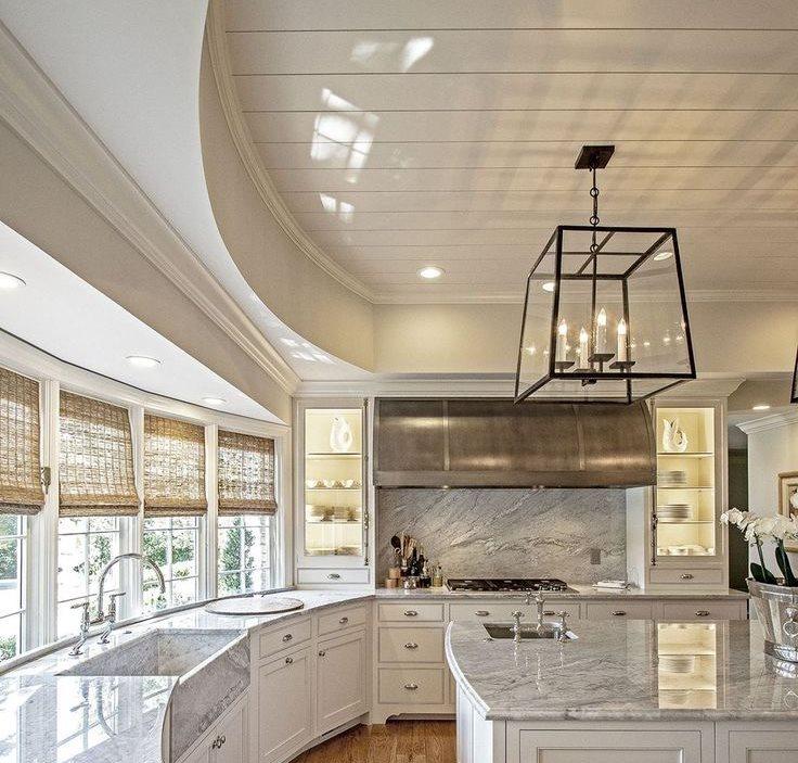 Глянцевый потолок на кухне средних размеров