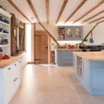 Грубоватые балки на потолке для кухни в стиле кантри