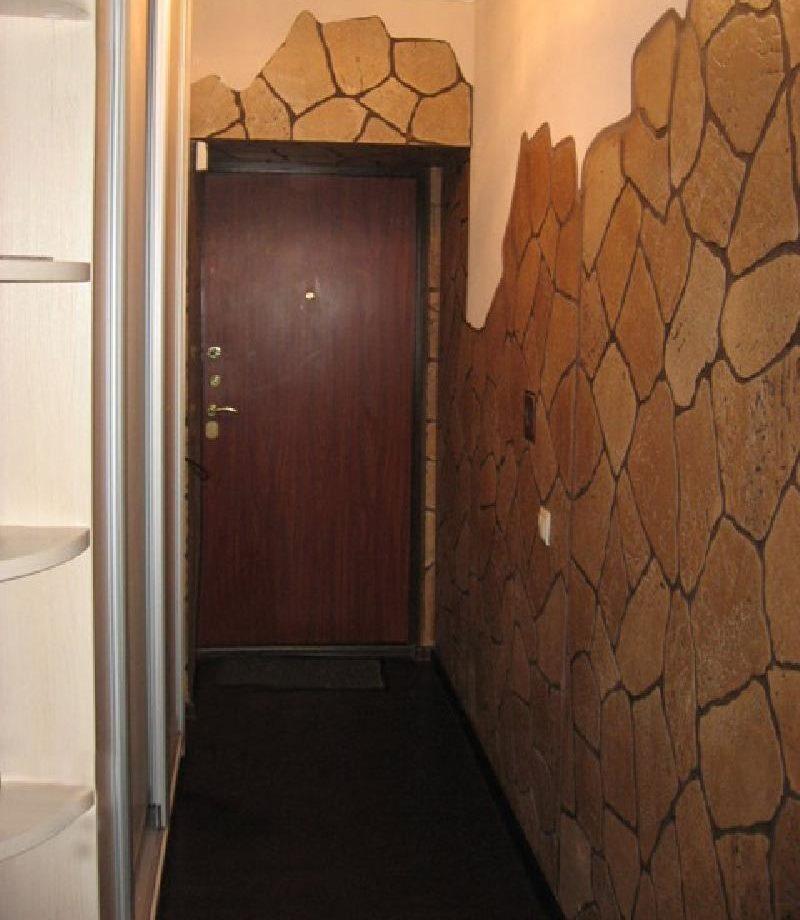 Натуральный камень в оформлении стен небольшой прихожей