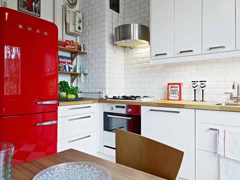 Красный холодильник в кухне с белыми стенами
