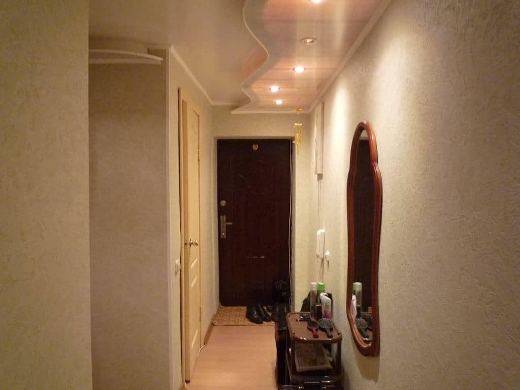Красивый потолок с подсветкой в узком коридоре
