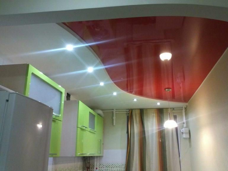 Глянцевый натяжной потолок на кухне в 5 кв м