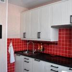 Контрастная клетка на кухне отвлекает взгляд от вентиляционного канала