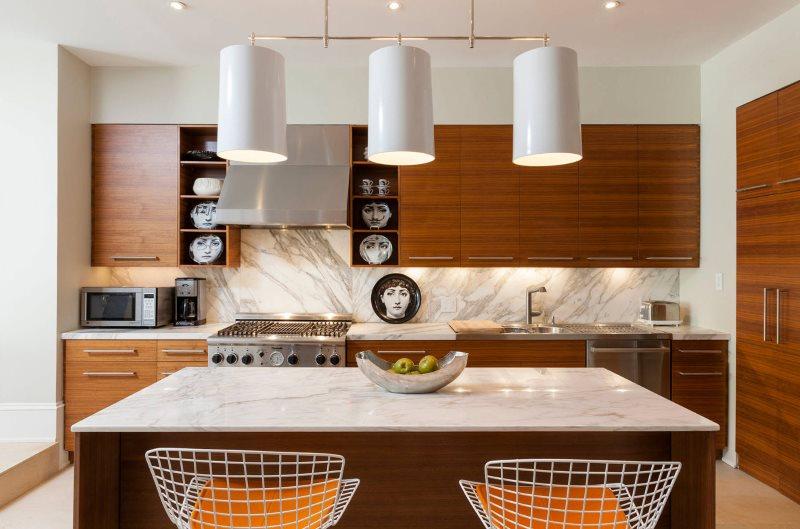 Люстра с большими плафонами над кухонным островом