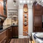 Короб для вентиляции оформлен с колоннами и является украшением этой кухни