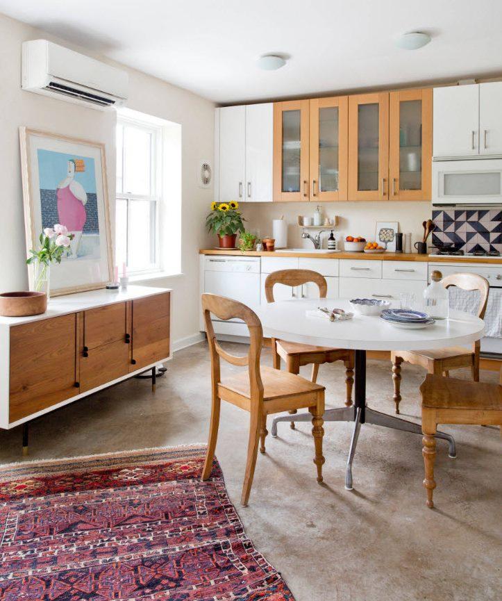 Комфортная обеденная зона на кухне с линейной планировкой