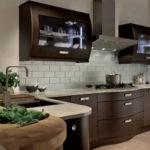 Красивая деревянная кухня венге необычной формы