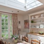 Красивые шторы пастельного цвета в нежной кухне