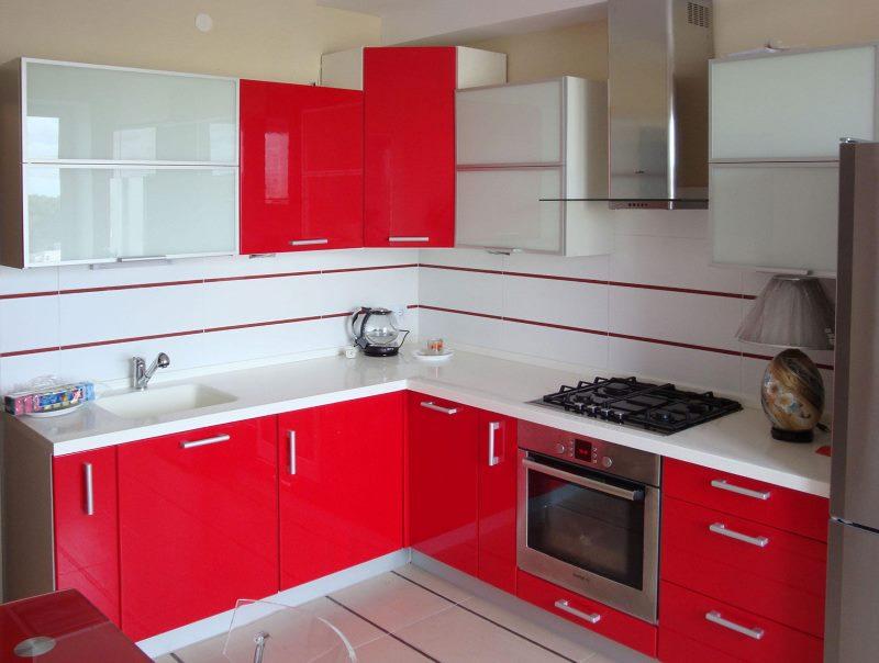 Красно-белая мебель в маленькой кухне