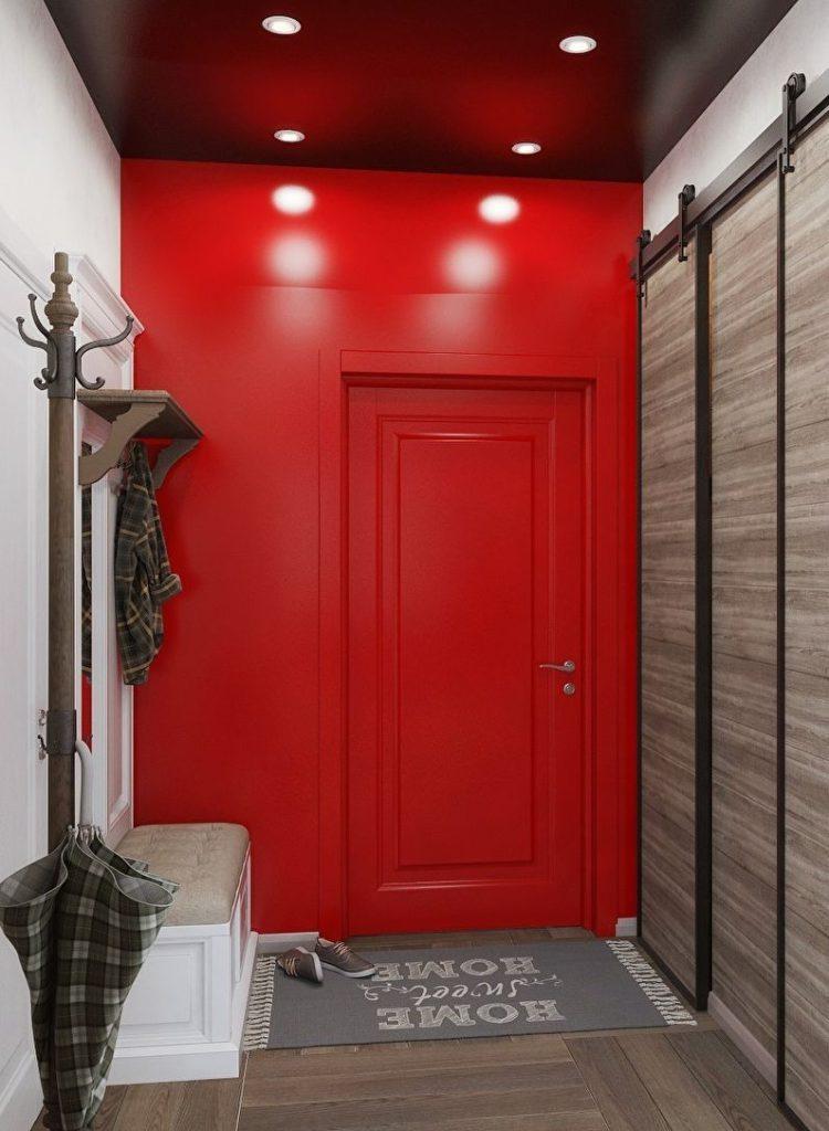 Красная стена в небольшой прихожей