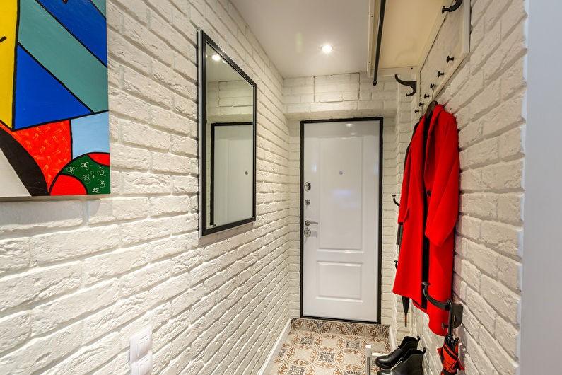 Красный халат на белой стене
