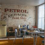 Креативные фотообои в кухне-студии в стиле лофт