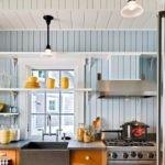 Желтые чашки на открытых полках кухни