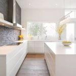 Интерьер кухни без навесных шкафов в стиле минимализма