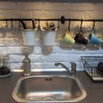 Рейлинги для столовых приборов над кухонной мойкой