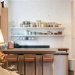 Банки со специями на кухонной полке