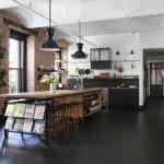 Черный пол на кухне в индустриальном стиле