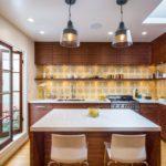 Коричневая мебель на кухне дачного дома