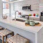 Кухня загородного дома в пастельных оттенках