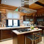 Остров посередине кухни бревенчатого дома