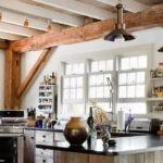 Грубо обработанная балка на потолке кухни