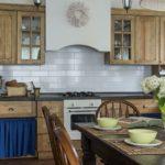 Букет гортензии в вазе на кухонном столе