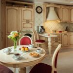 Круглый стол в классической кухне