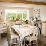 Обеденная зона на кухне в деревенском стиле