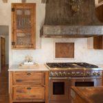Кухонная вытяжка из метала с грубой поверхностью
