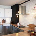 Белые кирпичные стены на кухне деревенского дома
