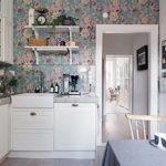 Обои с цветками на кухне в стиле прованс