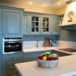Корзинка с фруктами на столе кухни