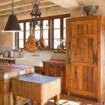 Деревянный шкаф на кухне деревенского дома