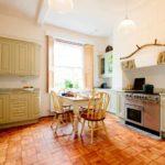 Кухня с белыми стенами и отделкой из натурального дерева