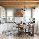 Кухня в частном доме с деревянными балками и большим количеством окон