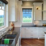 Кухня в частном доме с окнами разных размеров