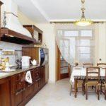 Кухонные шторы на кухне с балконом вполне могут выполнять функцию зонирования помещения
