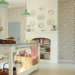 Легкий цветочный рисунок обоев был использован для оформления стены в этой кухне в ретро-стиле