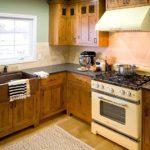 Мебель из натурального дерева для кухни в загородном доме
