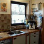 Мебель на проходной дачной кухне с двумя окнами