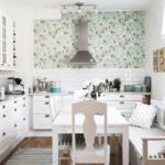 Мелкий рисунок на обоях в мятных тонах для кухни в стиле прованс