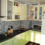 Мозаика за счет обилия мелких деталей способна сделать вентиляционный короб в углу кухни практически невидимым