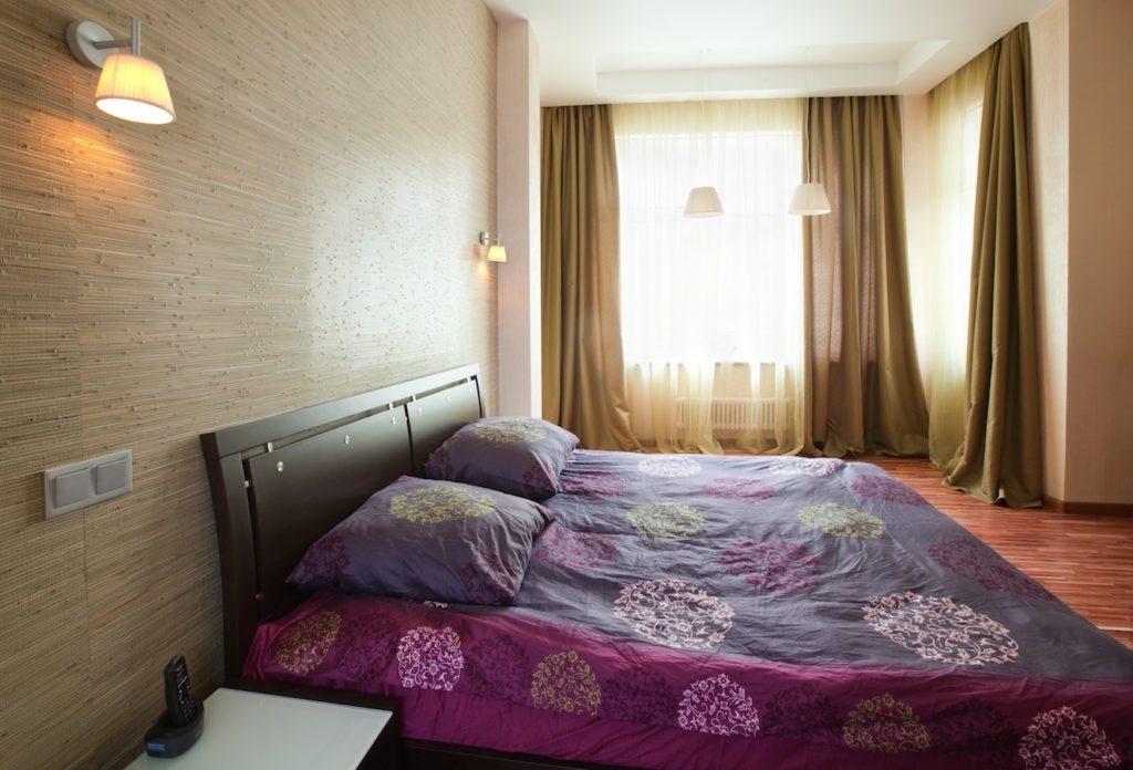 Интерьер спальни с натуральными обоями