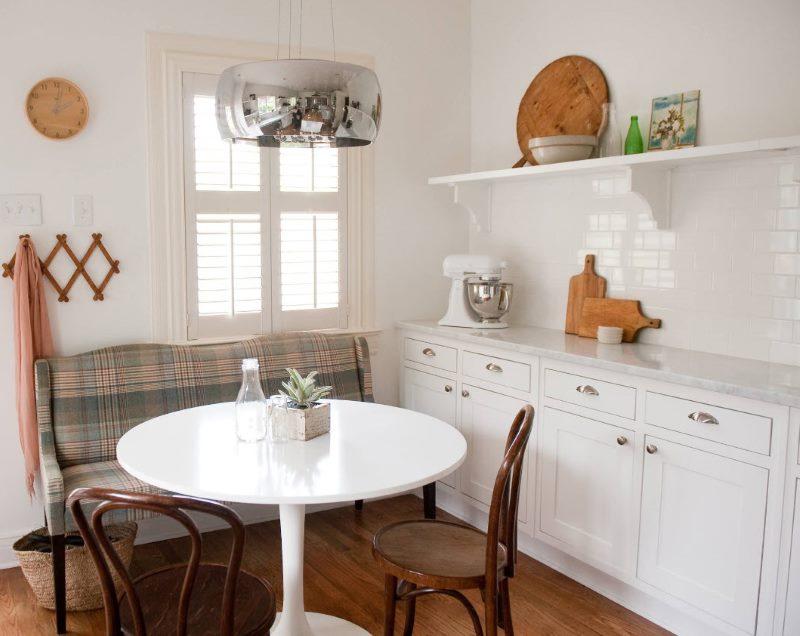 Диван в дизайне кухни-гостиной белого цвета