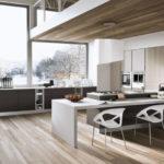 Необычная мебель для огромной кухни загородного дома