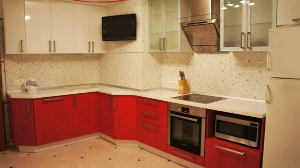Внешний вид кухни с вентиляционным коробом