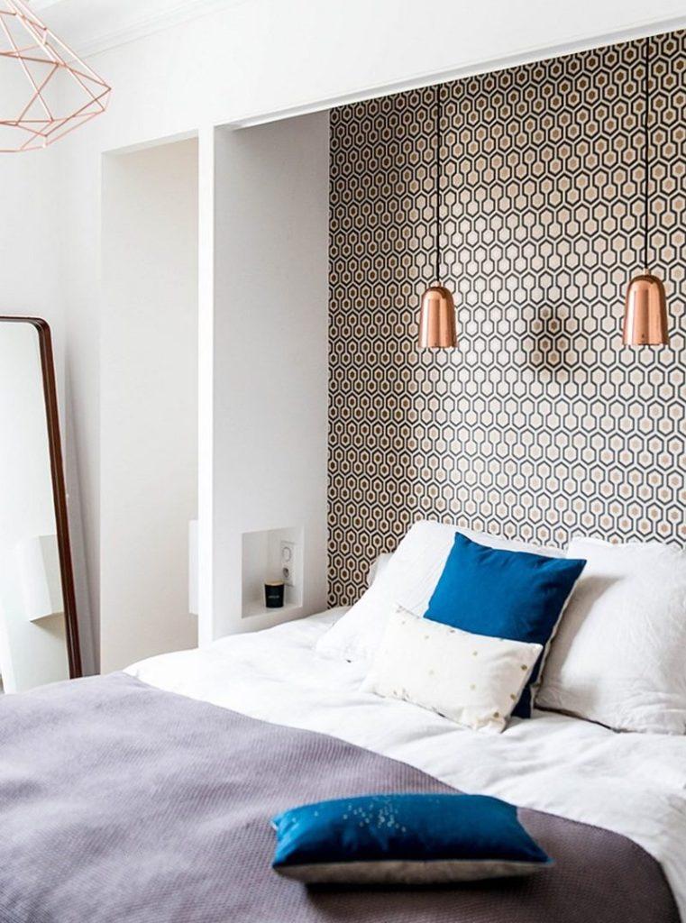 Оформление стены над кроватью обоями