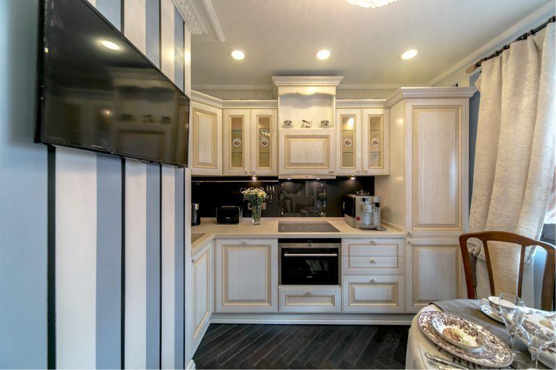 Классическая кухня с полосатыми обоями