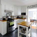 Один из самых распространенных рисунков обоев для кухонного пространства – растительный орнамент